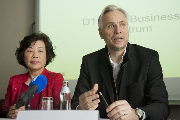Ivan Čarnogurský z IPEC Group a Lin Šeng-čchin zo spoločnosti Jiangsu Weitian Chemical Group.