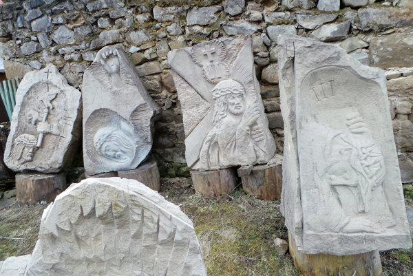 Zastavenia vytesané z kameňa pripravené na stavbu krížovej cesty v Oravskom Bielom Potoku.