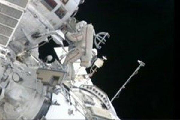 Ruskí kozmonauti Gennadij Padalka a Jurij Malenčenko inštalujú štíty proti mikrometeoritom, aby zlepšili bezpečnosť Medzinárodnej vesmírnej stanice ISS.