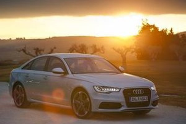 Opticky nepôsobí Audi A6 ako veľký sedan vyššej strednej triedy. Ani vodič nemá pocit, že riadi takmer päťmetrovú limuzínu. Audi vynieslo svoj dôležitý model na výslnie a v nemalej miere tomu pomohli nové technické prvky ako LED svetlá.