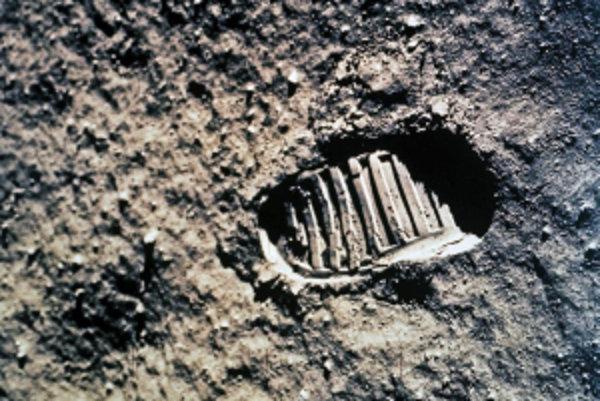 Veliteľ misie Apollo 11 Neil Armstrong svojím malým krokom na Mesiaci v roku 1969 zmenil históriu a Američania uprostred studenej vojny predbehli Sovietsky zväz vo vesmírnych pretekoch.