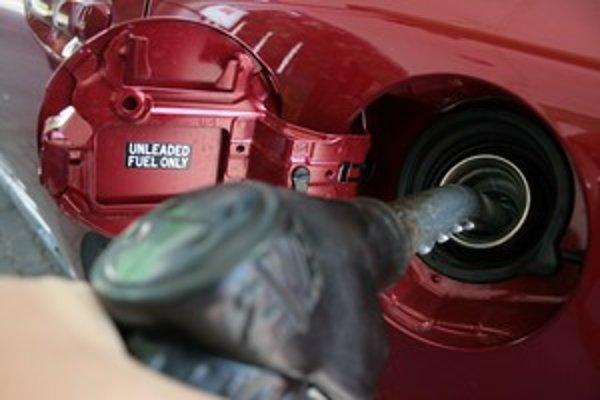 Európska komisia chce naftu v pomere k benzínu výraznejšie zdaniť.