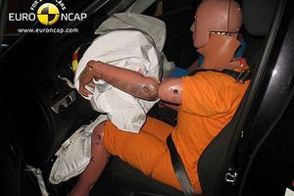 Airbagy poskytujú ochranu iba pripútaným osobám. Dokazujú to nárazové testy aj následky skutočných nehôd. Neraz sa stalo, že airbag zabíjal nepripútaných v malej rýchlosti.