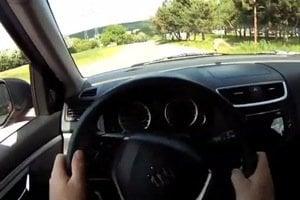 Snažte sa čo najviac otočiť volantom bez prechytenia rúk.