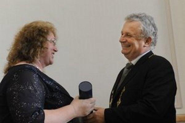 Jaromír Pastorek odovzdáva cenu Márii Omastovej.