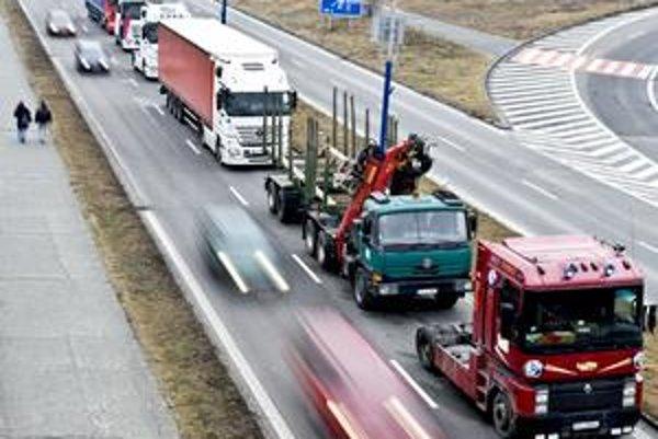 Skontrolovať, či dopravca platí len mýto, ktoré skutočne prejazdil, je problém. Na dokladoch nie je uvedené, odkiaľ a kam vlastne vozidlo išlo. Zahraniční obchodní partneri dopravcom preto mýto nechcú preplácať.