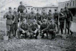 Ilustračná fotografia: Je na nej František Bazger (v podrepe 2. zľava) z Olešnej (Kysuce), ktorý sa sa ako vojak žilinskej posádky, zapojil do SNP pri obrane Brodna  a Strečna v 3.  rote por. Š. Filipa.