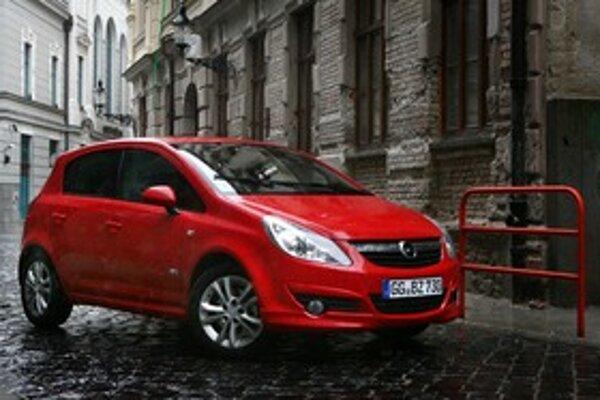 Na jednej strane sa hovorí, že zmeny dizajnu sú neviditeľné, ale Corsa v červenej farbe ich v podstate ani nepotrebuje. Stále dobre vyzerá.