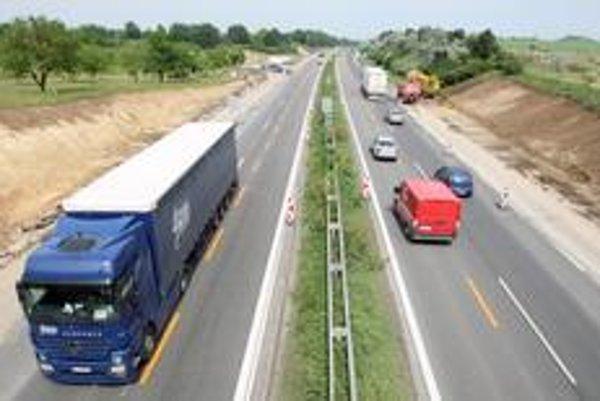 Diaľnicu do Trnavy nedávno provizórne rozšírili na šesťprúdovú.