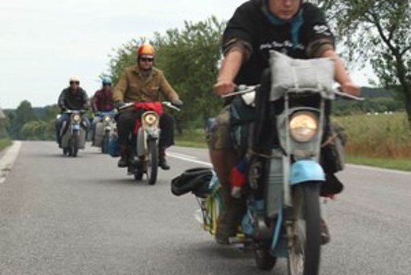 Viera vraj hory prenáša. Títo motorkári veria, že ich Jawa Pionier odvezie do Kazachstanu a späť. Jediný cieľ je prísť tam, otočiť sa a prísť domov.