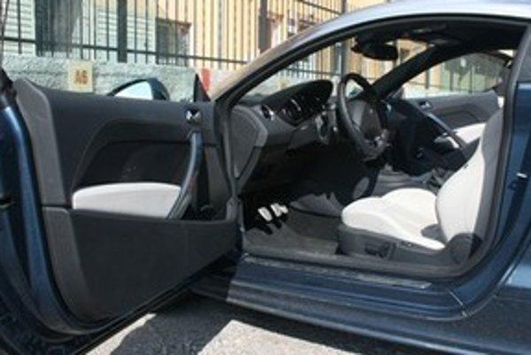 Slnkom prehriaty interiér odstaveného auta treba najskôr vyvetrať tak, ako sme boli zvyknutí v časoch bez klimatizácie. Otvorenie dverí dokorán aspoň na minútu ušetrí palivo, pretože klimatizácia spotrebuje najviac pri chladení horúceho interiéru na požad