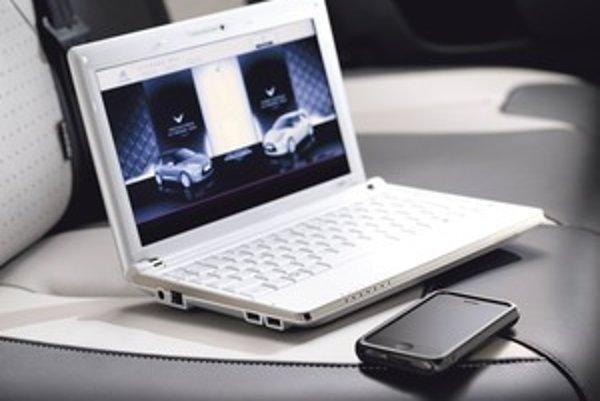 Komu nevadí za jazdy pozerať sa na displej, môže v Citroenoch surfovať po internete. Rýchlosť závisí od mobilného operátora a schopností siete.