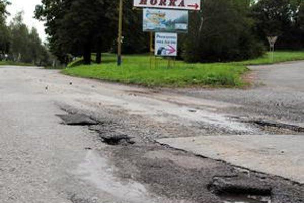 Vitajte na Šírave. Takto privítame motorkárov zo Slovenska aj z okolitých krajín... Ešteže je na stĺpe reklama na blízky pneuservis.