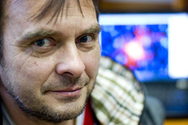 RNDr. Dušan Žitňan, DrSc. je vedúci vedecký pracovník a predseda vedeckej rady Ústavu zoológie SAV. Viackrát pôsobil v Spojených štátoch, v roku 2007 získal cenu podpredsedu vlády a ministra školstva ako Osobnosť vedy a techniky za výsledky v oblasti neur