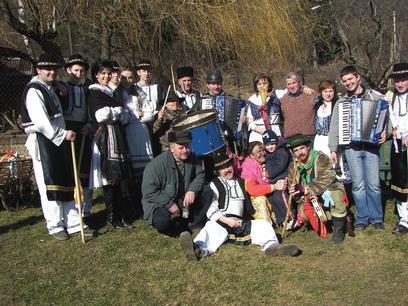 spoločné foto fašiagovníkov, ktorí roztancovali celú dedinu.