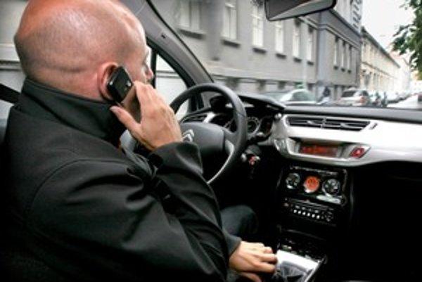 Frekventovaná premávka si vyžaduje celého vodiča, okrem jeho telesnej prítomnosti aj duševnú.