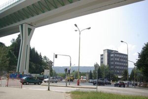 Obmedzenia v meste sa neskončili ani po otvorení diaľnice.