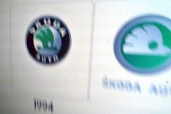 Staré a nové logo Škoda Auto. Fotografiu urobil tajne jeden zo zamestnancov, preto je jej kvalita nízka.