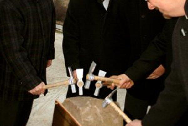 Slávnostným poklopaním základného kameňa začala 17. decembra 2008 výstavba obchvatu Hornej Štubne v okrese Turčianske Teplice, ako súčasť severojužného ťahu rýchlostnej komunikácie R3.