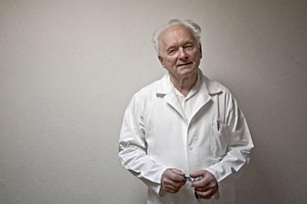 Doc. Ing. Čestmír Altaner, DrSc. (1933) je vedúci vedecký pracovník Ústavu experimentálnej onkológie SAV a viceprezident Ligy proti rakovine, ktorá spolu s Nadáciou SPP pomáha financovať jeho výskum. Zaoberá sa výskumom kmeňových buniek, mutáciami génov a