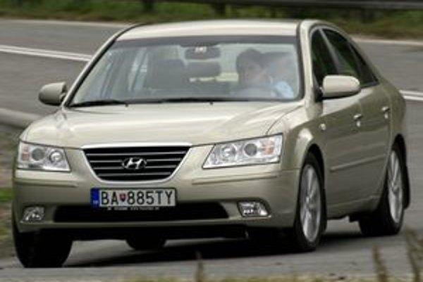 Hyundai Sonata predstavuje cenovo zaujímavú alternatívu auta strednej triedy s veľkým vnútorným priestorom a dobrou výbavou. Bezpečie na ceste stráži ESP, ale podvozok na lídrov triedy jednoducho nemá.