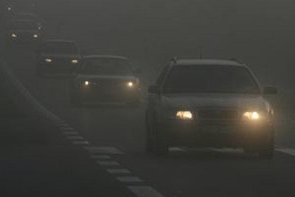 Keď zapíname hmlovky, mali by sme mať na pamäti  ich včasné vypnutie. V riedkej hmle stačia stretávacie svetlá.