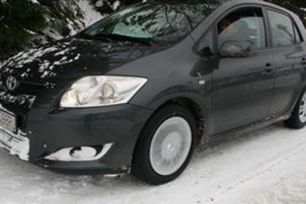 Na oboch nápravách auta by mali byť rovnaké pneumatiky. V tomto období zimné.