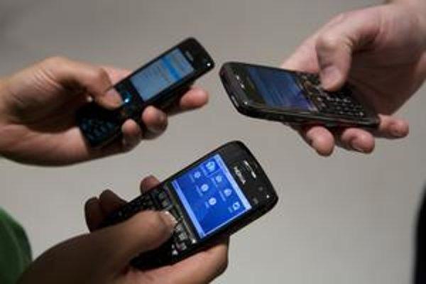 V horšom prípade si SMS môže prečítať i operátor či výrobca mobilu.