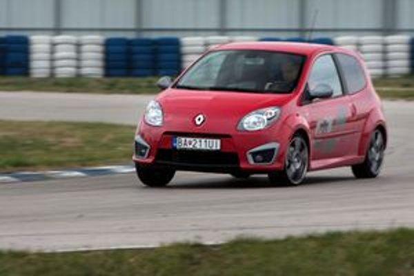 Malý športový Renault jazdí ešte lepšie ako vyzerá. Príplatkový podvozok minimalizuje náklony v zákrutách a drží stopu.
