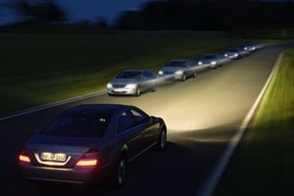 Inteligentné diaľkové svetlá snímajú polohu protiidúcich áut.