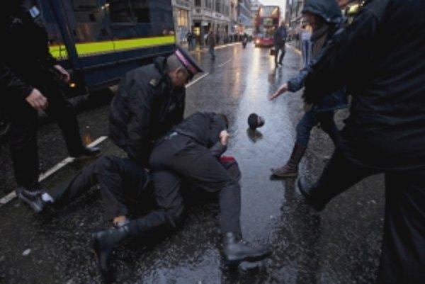 Legálne násilie v uliciach Londýna.