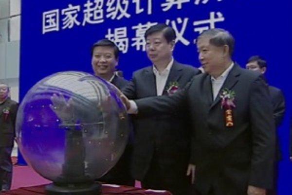 Oficiálne spustenie nového superpočítača v Národnom superpočítačovom centre v meste Jinan.