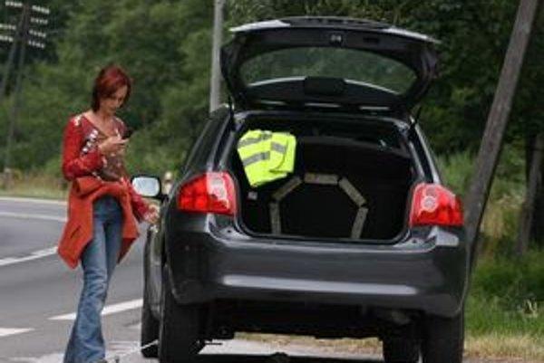 Povinná výbava auta sa nemení, sprísňuje sa iba dohľad nad jej použitím v prípade núdze. Aj pri reflexných vestách je dôležitejšie použitie, než farba.
