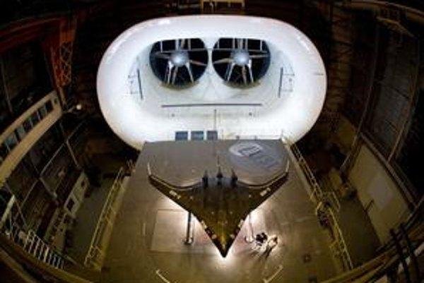 """Lietajúce krídlo X-48B (hore) má šetriť palivo, """"zelený stroj"""" zasa letieť rýchlejšie ako zvuk."""