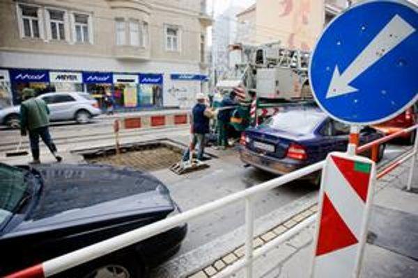 Opravy sú efektívne, keď  sa porušené časti cesty vo väčšom odfrézujú a  zarovnajú asfaltovým betónom.