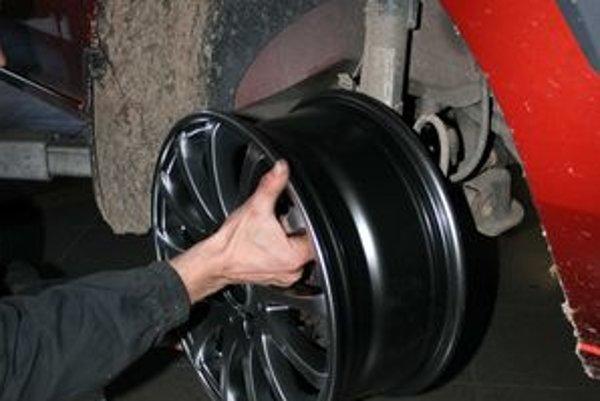 Pred obutím pneumatiky treba vyskúšať, ako nový disk pasuje na auto.