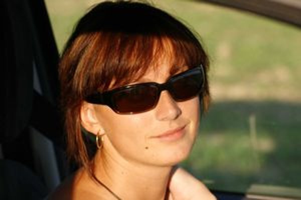 Slnečné okuliare do auta majú mať dobrý tvar a svetlejšie sklá. Nesmú skresľovať farby a tvary a rám by nemal prekážať vo výhľade.