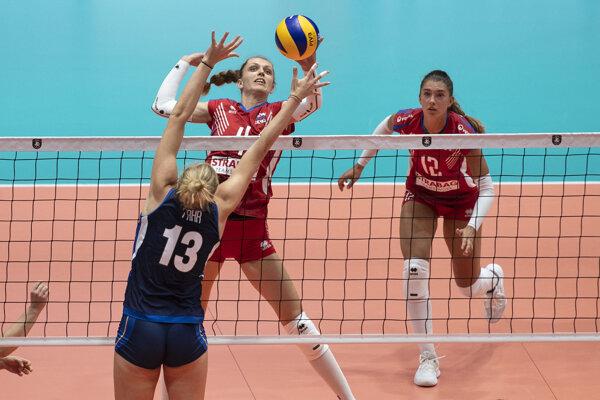 Veronika Hrončeková (vo výskoku) počas osemfinálového stretnutia Slovensko - Taliansko na ME vo volejbale žien 2019.