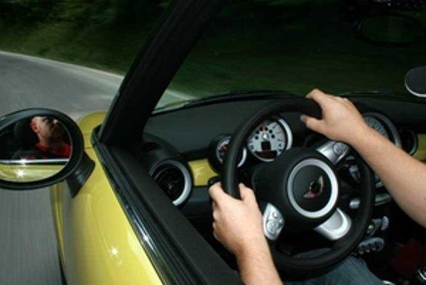 Mini Cabrio vo verzii Cooper S dokáže naplniť predstavy o peknom športovom aute.