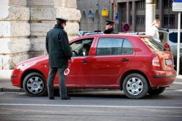 Vedenie polície tvrdí, že od českých šoférov nemožno vyžadovať karty prvej pomoci. Prax je evidentne iná.