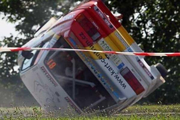 Okruhová skúška katapultovala mnohé posádky na dve kolesá. Toto BMW išlo až na strechu.