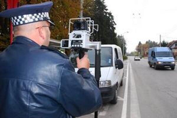Tam, kde ste ich asi nikdy nestretli. Na malých úzkych cestách medzi obcami, začnú striehnuť policajti s modernými radarmi na cestných pirátov.
