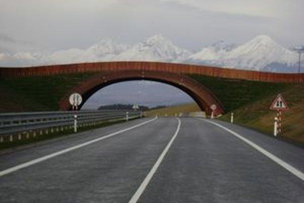 Diaľnica pod Tatrami je v predčasnom užívaní. Z toho vyplývajú obmedzenia, ktoré vodičov dosť hnevajú. Do decembra by sa to malo zmeniť.