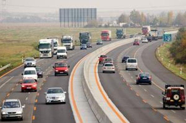 Kto bude musieť na vyše dvadsaťkilometrovom úseku odstaviť vozidlo, má tak podľa diaľničnej spoločnosti urobiť čo najbližšie pri krajnici. Odtiahnu ho vraj do dvadsiatich minút. Odstavný pruh dobudujú do troch rokov.