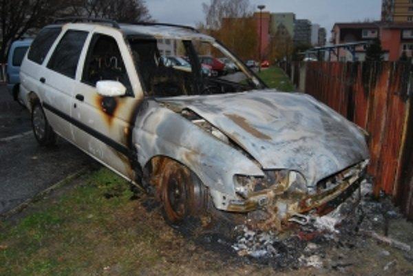 Požiar zničil vozidlo zaparkované ná najväčšom sídlisku.