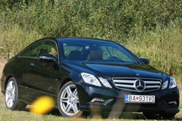 Kupé E triedy  je na pomery Mercedesu odvážne pekné a technicky veľmi vyspelé.