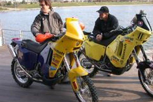 Vďaka výdatnej podpore Slovnaftu pôjdu po prvýkrát do Dakaru na motorkách 2 Slováci. Jaroslav Katriňák (vpravo) a Ivan Jakeš.