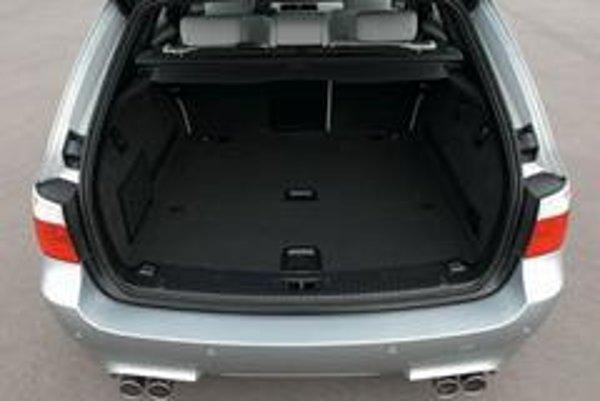 Zadná časť prakticky tvarovanej karosérie BMW M5 Touring odvezie v základnom usporiadaní 500 litrov batožín, po sklopení zadných sedadiel až 1650 l.