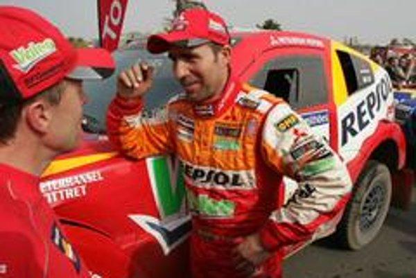Víťaz automobilov Francúz Stéphane Peterhansel na vozidle Mitsubishi