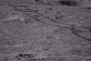 Stopy roveru Nefritový králik 2 v kráterovej oblasti na odvrátenej strane Mesiaca.